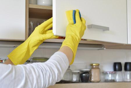 روش های پاک کردن چربی کابینت ,پاک کردن لکه های چربی از کابینت ها ,نحوه تمیز کردن چربی کابینت